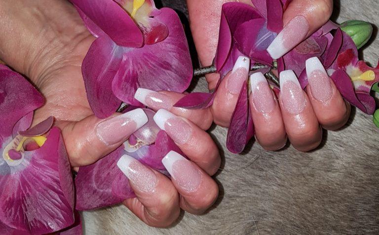 Nagelstylist french manicure